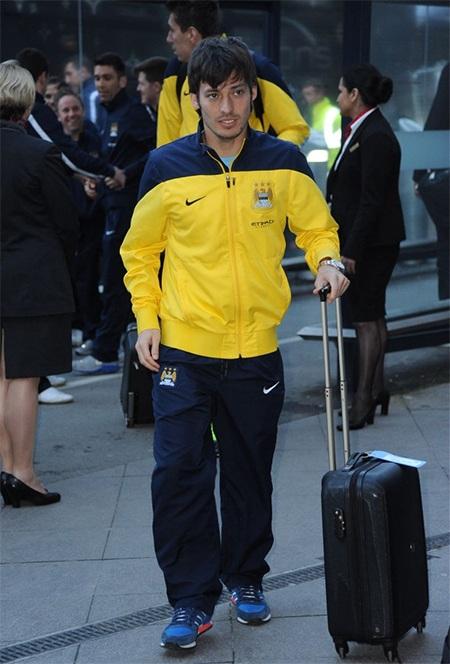 Tiền vệ David Silva ở sân bay