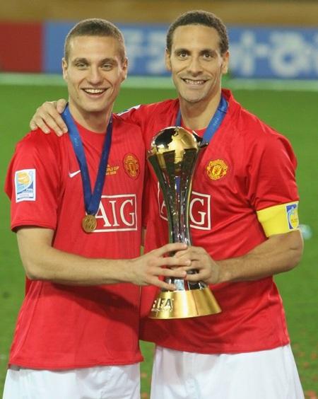 Vidic và Ferdinand cùng chiếc cúp Fifa Club World Cup mà MU giành được cuối năm 2008