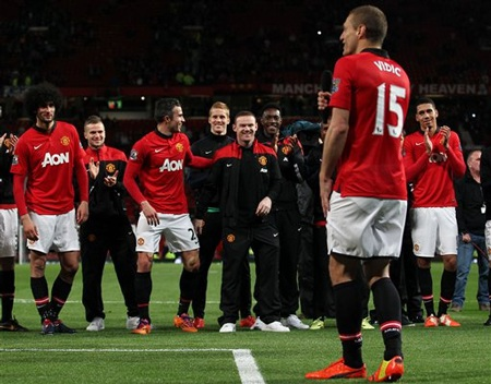 Các cầu thủ cười vui vẻ trước lời nói hóm hỉnh của người đội trưởng