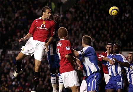Bàn thắng đầu tiên của Rio Ferdinand cho MU là ở trận gặp Wigan
