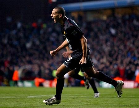 Rio Ferdinand tiếp tục duyên ghi bàn vào tháng 11 năm 2007 và nạn nhân là Aston Villa
