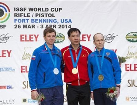 Xạ thủ Hoàng Xuân Vinh (đứng giữa)