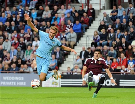 .Emyr Huws của Manchester City (trái) tranh bóng với Callum Paterson của Hearts