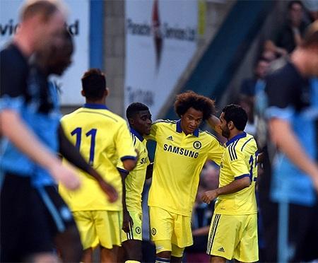Các cầu thủ Chelsea chúc mừng Brown