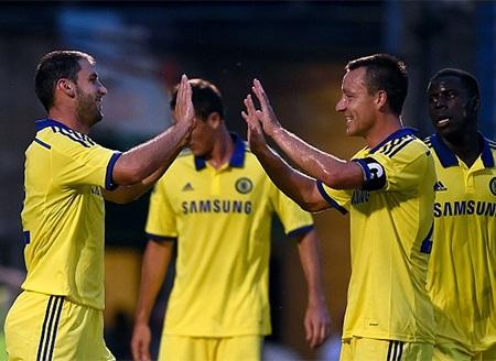 Terry chia vui với đồng đội sau khi Chelsea có thêm bàn thắng