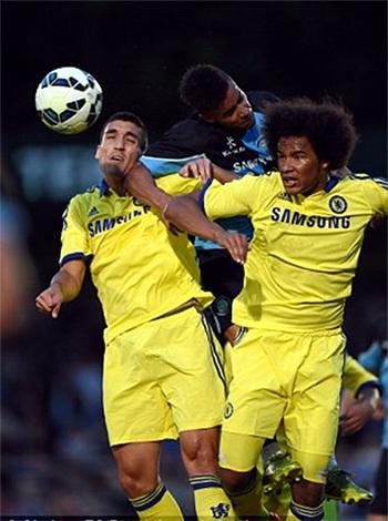 Oriol Romeu và Izzy Brown tranh bóng trên không với một cầu thủ Wymcombe