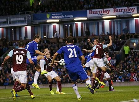 Từ quả phạt góc của Fabregas, Ivanovic đã băng vào dễ dàng đệm bóng tung lưới của Burnley