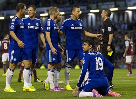 Costa bị ngã trong vòng cấm địa