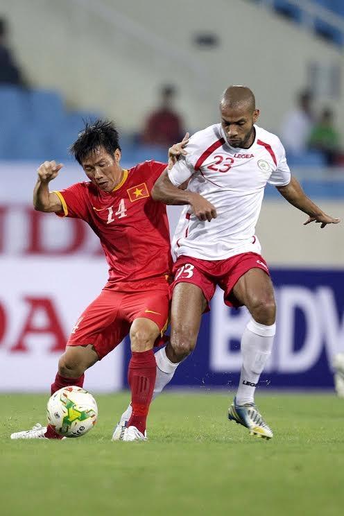 Hàng tiền vệ Việt Nam luôn yếu thế trong các pha tranh chấp - Ảnh: Gia Hưng