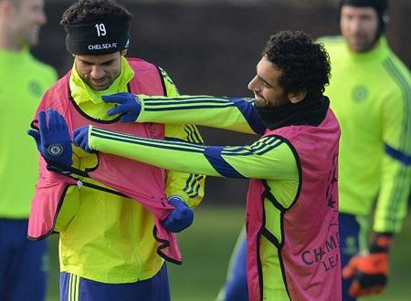 Diego Costa phải nhờ sự trợ giúp của đồng đội Salah để mặc áo tập