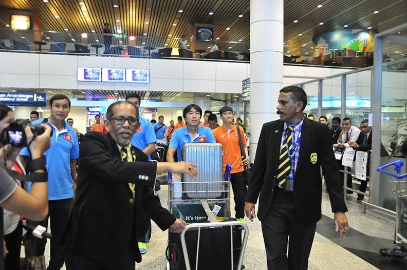Đại diện phía LĐBĐ Malaysia đón tiếp ĐTVN khá chu đáo