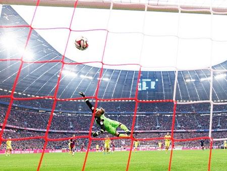 Khoảnh khắc trái bóng đi vào lưới sau cú sút xa đẹp mắt của Gotze