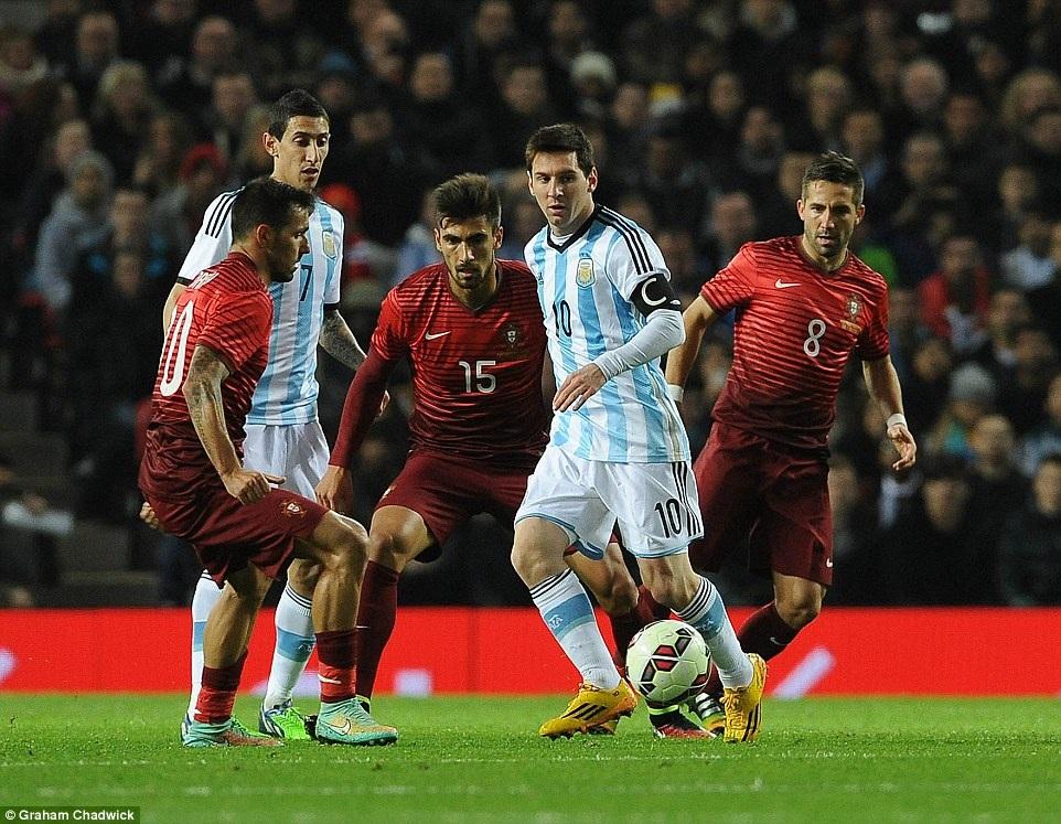 Messi bị các cầu thủ Bồ Đào Nha theo khá chặt