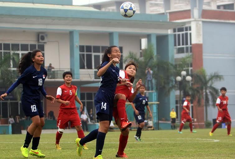 U19 nữ Việt Nam thi đấu trên cơ hoàn toàn Singapore - Ảnh: Gia Hưng