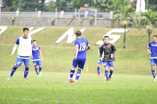 Cầu thủ Việt Nam thực hiện bài tập đối kháng