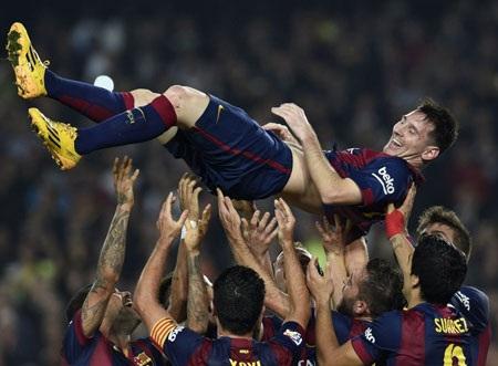 Đồng đội công kênh Messi để ăn mừng kỷ lục