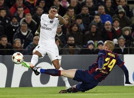 Lucas Moura trong tình huống tranh bóng với Mathieu