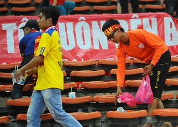 Các CĐV Việt Nam nhặt rác sau khi trận đấu kết thúc