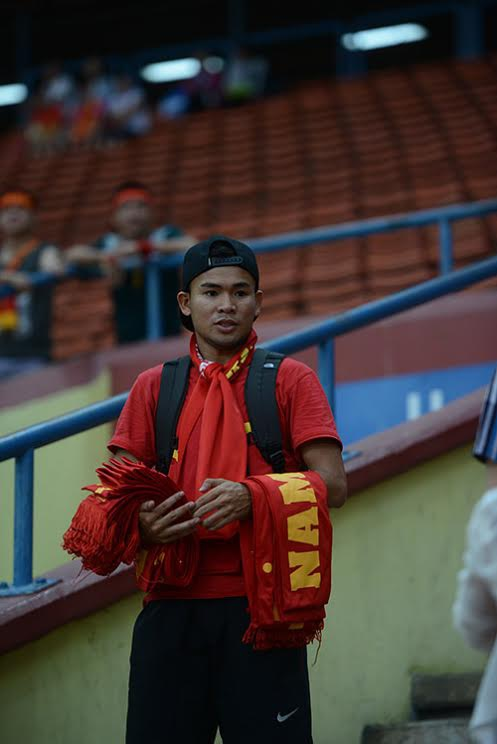 Một CĐV bán cờ Việt Nam trên khán đài