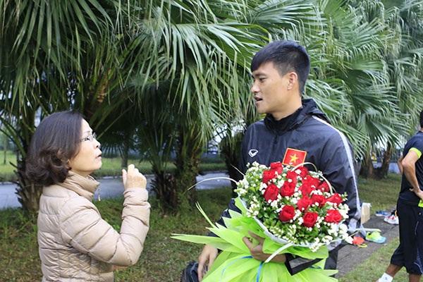 Công Vinh bất ngờ được nhận hoa trên sân tập