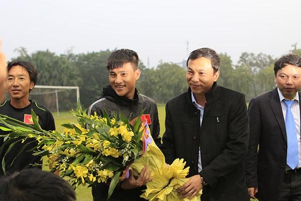 Phó Chủ tịch VFF Trần Quốc Tuấn tặng hoa cho Công Vinh