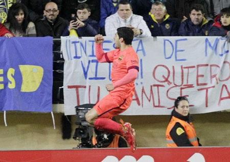 Sang hiệp 2, Suarez mang về bàn thắng thứ hai cho Barcelona