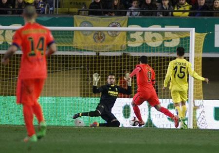 Suarez có tình huống lừa qua cả Asenjo để ghi bàn ở phút 73