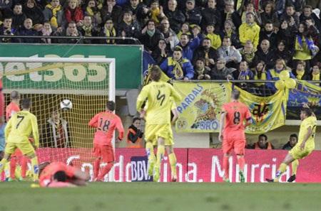 Dos Santos trong tình huống ghi bàn thứng duy nhất cho Villarreal