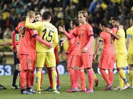 Cử chỉ thân thiện của hai đội sau khi kết thúc trận đấu