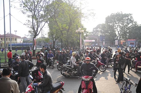 Rất đông CĐV và phe vé tập trung trước cổng sân Lạch Tray
