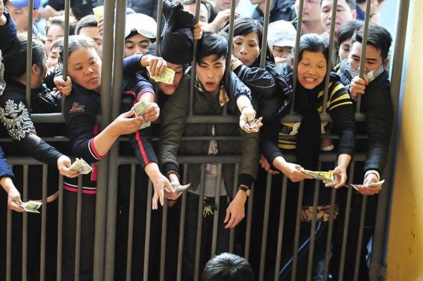 Khán giả chen lấn xếp hàng để mua được tấm vé