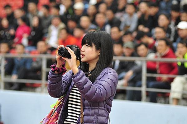 Nữ phóng viên Nhật Bản chăm chú theo dõi trận đấu