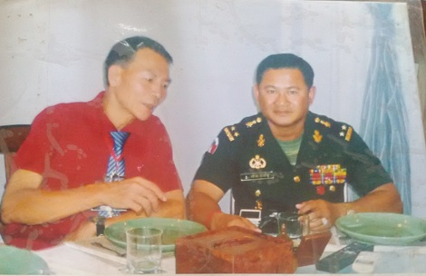 Ông Thiều chụp ảnh cùng Thứ trưởng Bộ Quốc phòng Campuchia trong chuyến sang Campuchia diệt chuột.