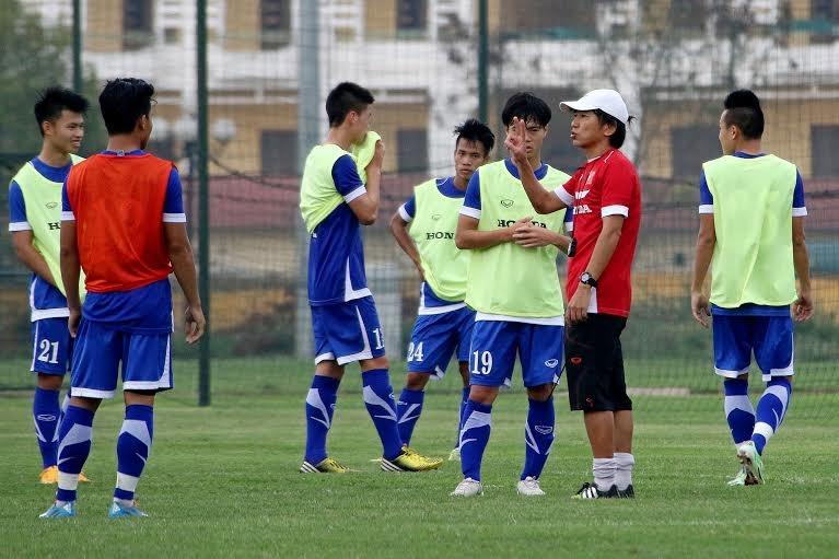HLV Miura luôn khắt khe với các học trò - Ảnh: Gia Hưng