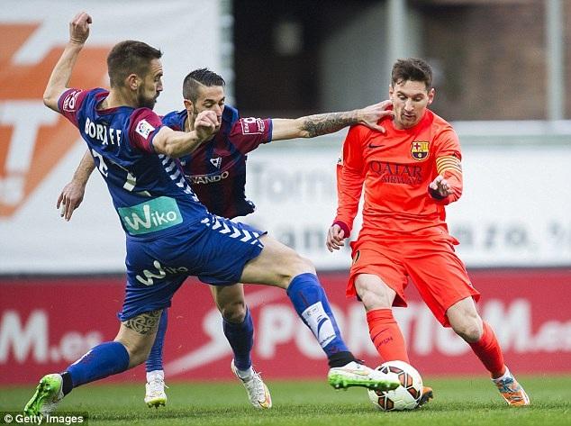 Messi ghi cả hai bàn thắng trong chiến thắng của Barcelona