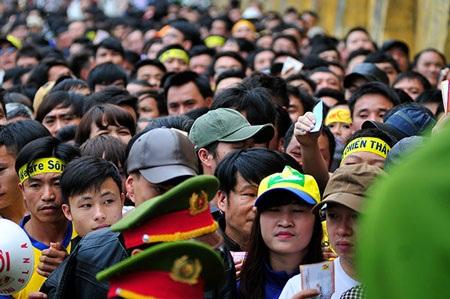 Nhiều CĐV xếp hàng để chờ vào sân