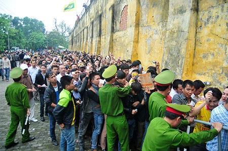 Rất đông CĐV đến sân để chờ đợi xem HA Gia Lai thi đấu