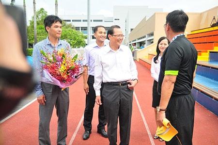 Đại sứ Tiến Minh hồ hởi khi đến thăm U23 Việt Nam