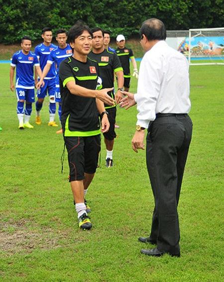 HLV Miura xúc động trước sự quan tâm của Đại sứ Tiến Minh