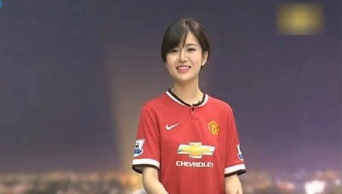 """Hot girl Tú Linh """"làm nóng"""" đại chiến Chelsea-MU"""