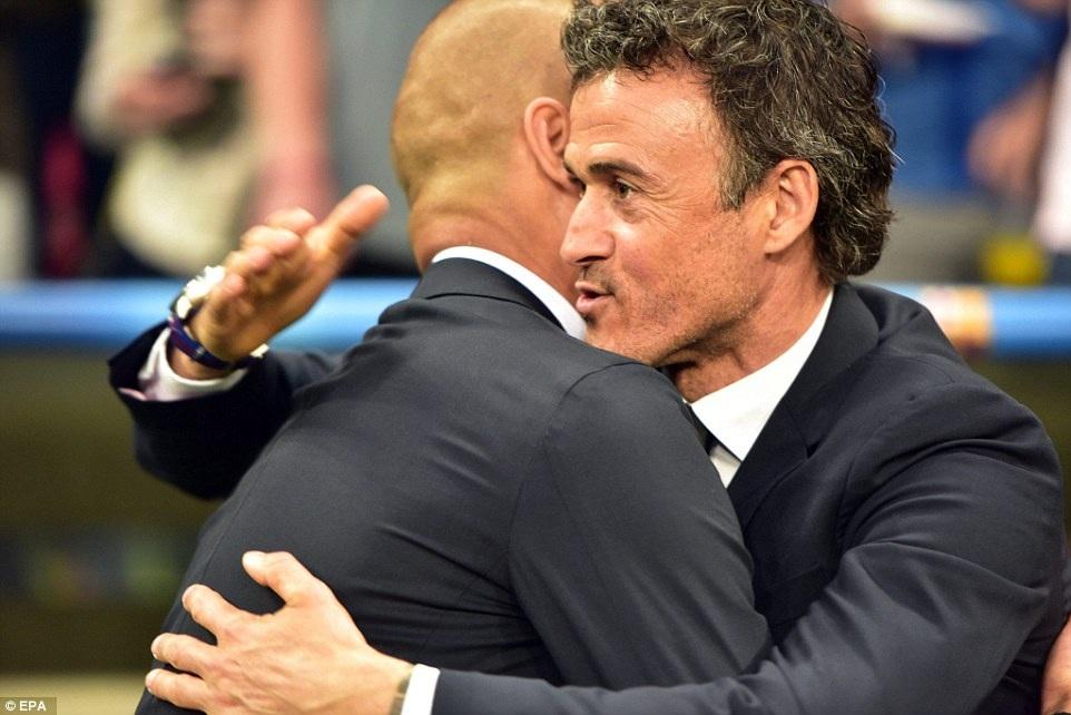 Cử chỉ thân mật của hai người đồng đội một thời ở Barcelona