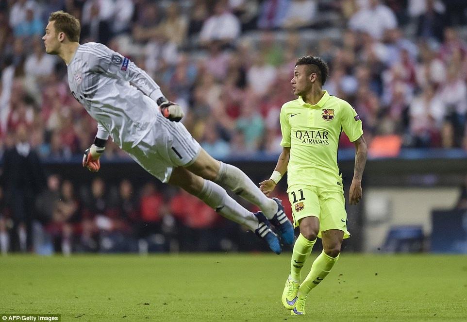 Thủ môn Neuer lao ra cản phá pha xuống bóng của Neymar