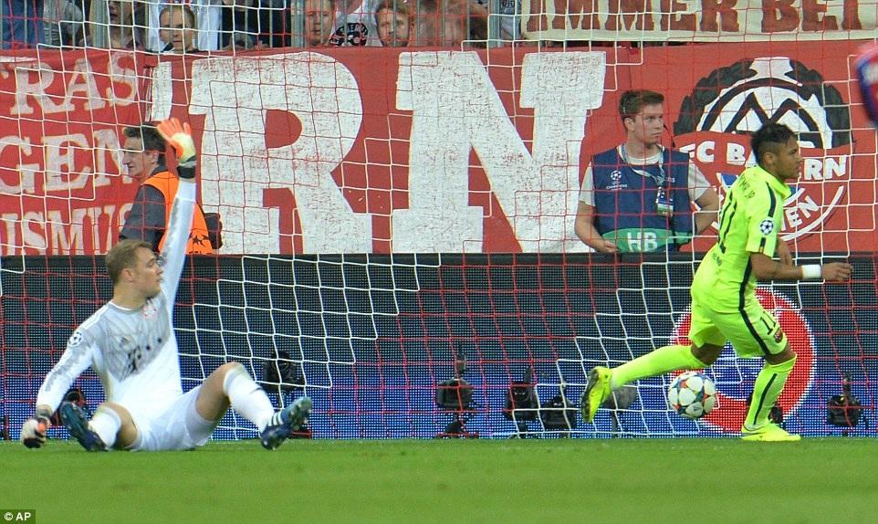 ...khi lập cú đúp giúp Barca dẫn 2-1 sau 45 phút đầu tiên