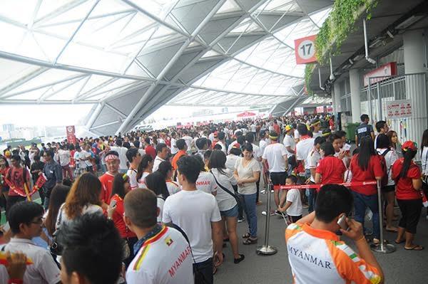 Các CĐV Việt Nam đã có mặt khá đông bên ngoài sân Sport Hub
