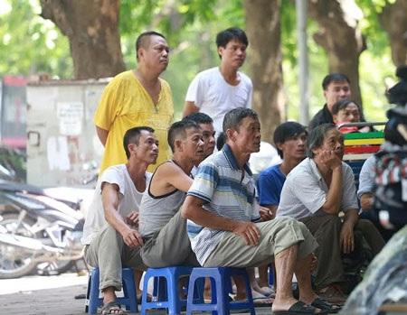Người dân Hà Nội dõi theo U23 Việt Nam ở khắp mọi nơi - Ảnh: Cường Net