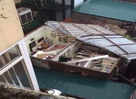Ngôi nhà bị tốc mái nặng nề sau khi cơn dông ập đến