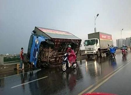 Xe ô tô bị lật khi đang lưu thông trên cầu Vĩnh Tuy