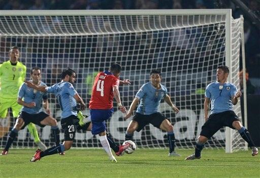 Chile vượt qua Uruguay ở tứ kết nhờ bàn thắng của Isla