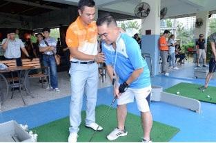 Trần Lê Duy Nhất – Golfer số một Việt Nam đang hướng dẫn cho những người tham dự lần đầu chơi Golf