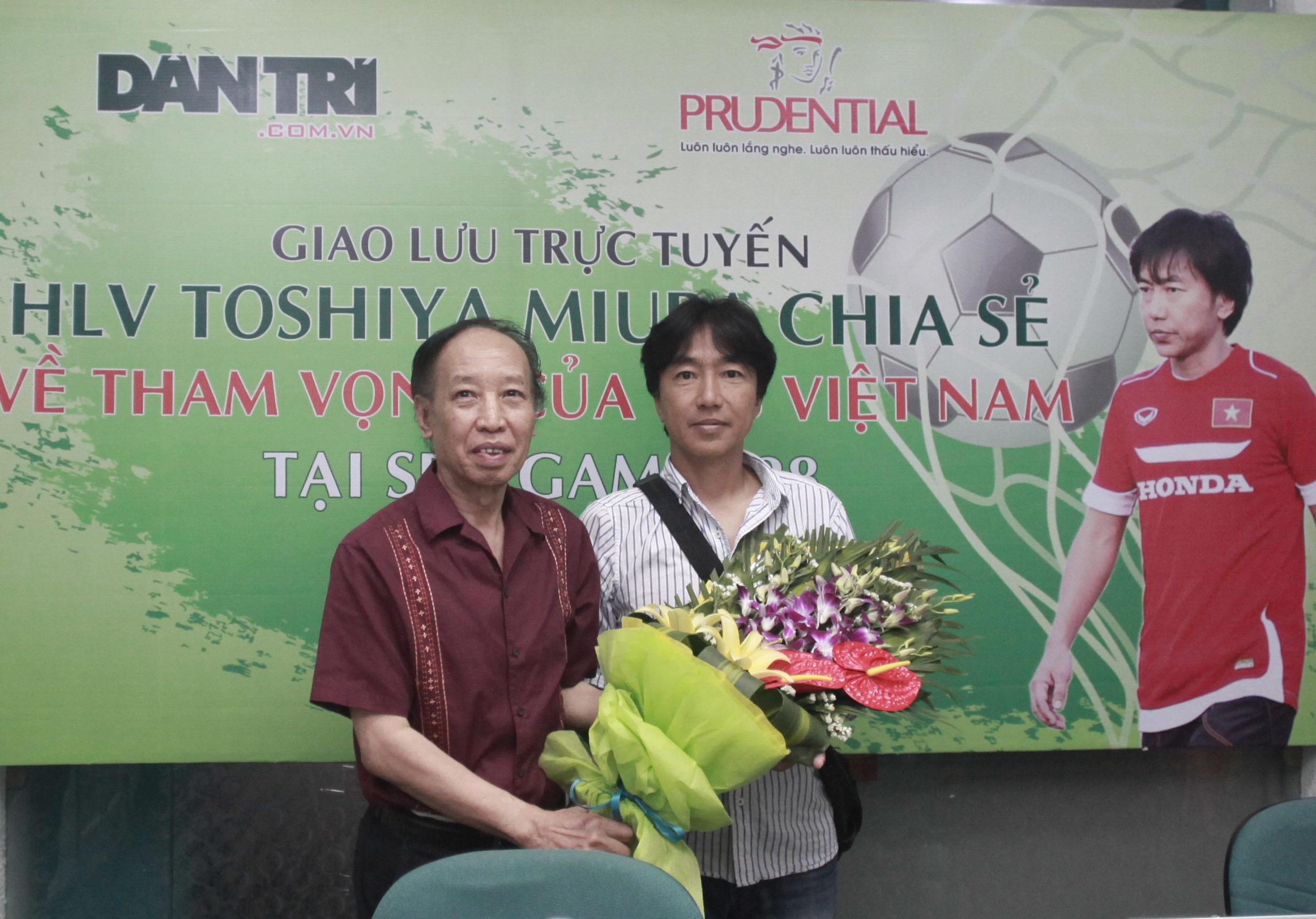 TBT báo điện tử Dân trí Phạm Huy Hoàn tặng hoa cho HLV Miura